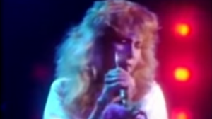 "1981: Stevie Nicks Performs ""Edge Of Seventeen"" Live On Stage"