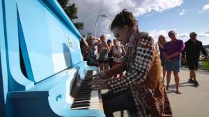 Steven Tyler Plays Piano In Kelowna