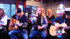 """Lynyrd Skynyrd Jam Out With Acoustic """"Sweet Home Alabama""""- Can't Help But To Sing Along!"""