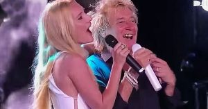 """Proud Papa Rod Stewart Is Joined By Daughter Ruby For """"Forever Young"""""""