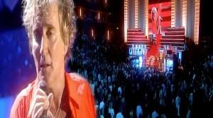 "An Emotional Rod Stewart Dedicates ""Rhythm Of My Heart"" To Soldiers Everywhere"