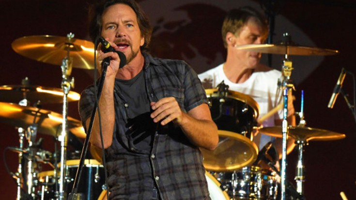 """Pearl Jam Covered Pink Floyd's """"Comfortably Numb"""" In A Rainstorm, And It Was Spectacular   Society Of Rock Videos"""