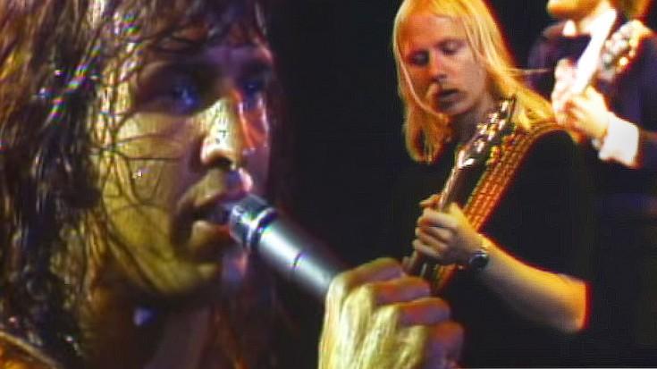 "One Man Band: Kansas Singer Steve Walsh Shines In ""Carry On Wayward Son"" Performance | Society Of Rock Videos"