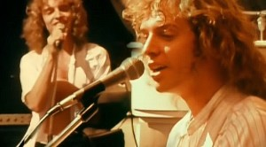 "27-Year-Old Peter Frampton Performs ""Show Me The Way"" In '77, And He's Never Been Dreamier"