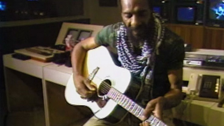"""Woodstock Alumni Richie Havens Plays """"Fire And Rain"""" Like You've NEVER Heard It Before 