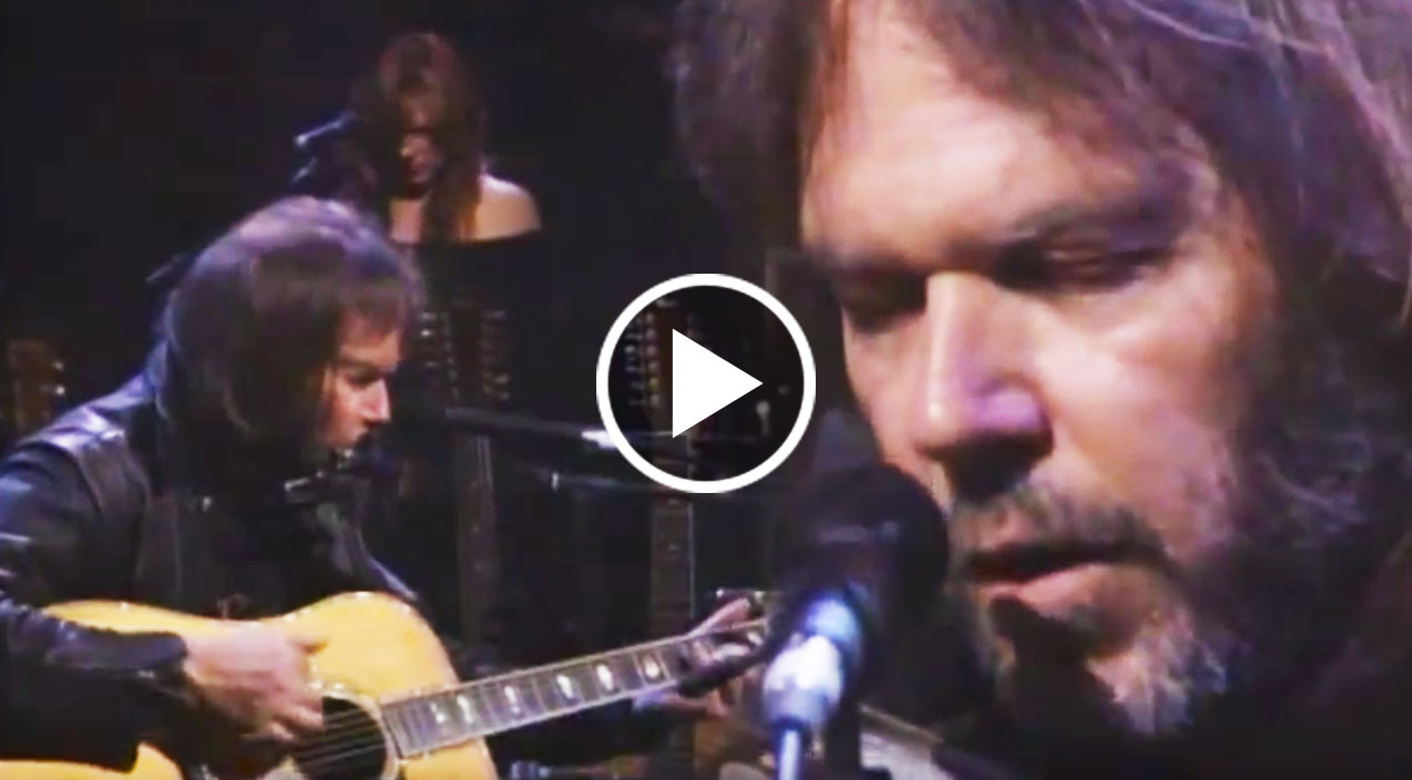 neil young delights with stunning unplugged harvest moon set society of rock. Black Bedroom Furniture Sets. Home Design Ideas