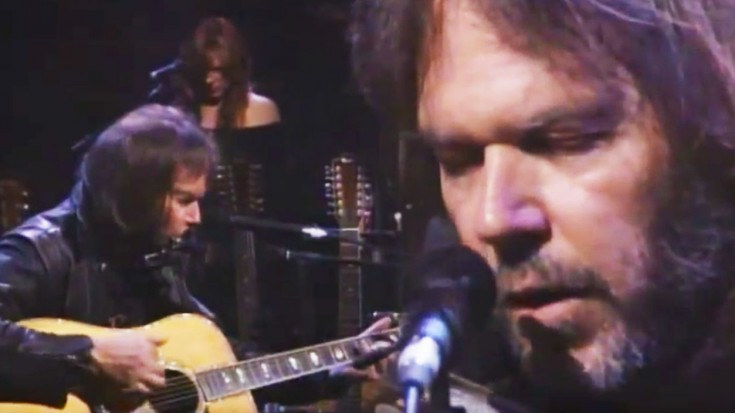"""Neil Young Delights With Stunning, Unplugged """"Harvest Moon"""" Set 