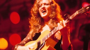 Bonnie Raitt REALLY Got Us Talking In This Fiery Performance Of 'Something To Talk About'!