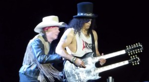Slash And Axl Rose Share An AWKWARD Moment On Stage – This Will Make You Cringe!