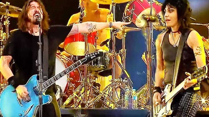 Joan Jett Joins The Foo Fighters On Stage For A Legendary Jam Session | Society Of Rock Videos