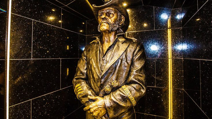 Lemmy's Favorite Hangout Spot Unveils New Life-Size Statue Of The Late Rocker | Society Of Rock Videos
