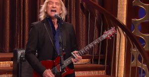 """Joe Walsh Lights Up Late Night TV With A Blues Soaked Performance Of """"Rocky Mountain Way"""""""