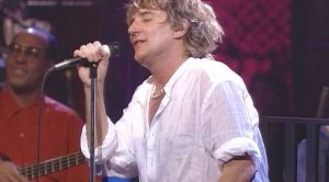 "Rod Stewart Goes Unplugged For ""Maggie May,"" And The Result Is One Of His Greatest Performances Yet"