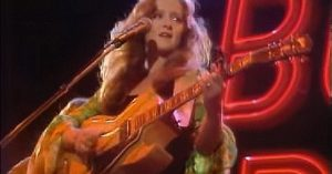 """28-Year-Old Bonnie Raitt Crashes Late Night TV, And Dazzles With Fiery Take On Del Shannon's """"Runaway"""""""