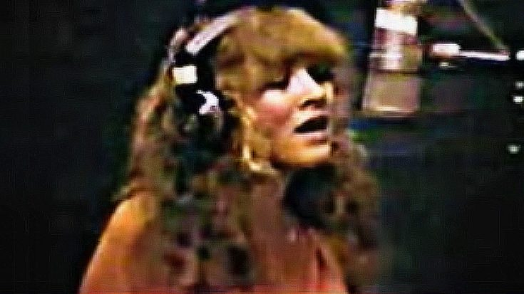 "Rare Footage Shows Stevie Nicks Alone In The Studio, Working Out The Kinks In ""Leather And Lace"" 