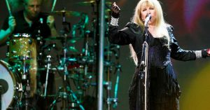 """You Might Wanna """"Stand Back"""" As Stevie Nicks Twirls Up A Storm On Her 24 Karat Gold Tour"""