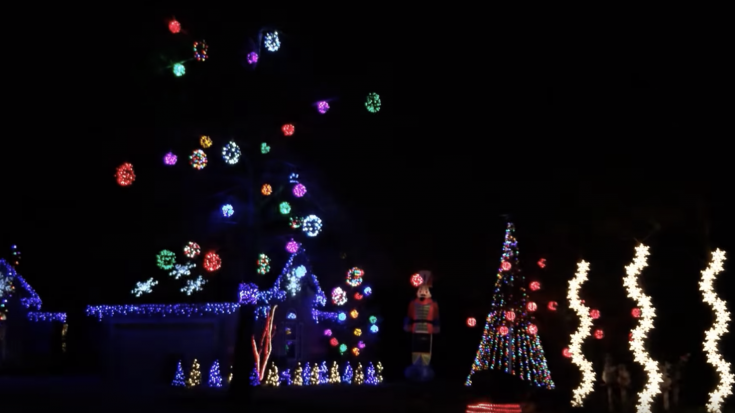 Family Synchronizes Christmas Lights To Metallica Song
