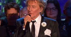 "Rod Stewart Ushers In The New Year In Style With Ultra Classy Spin On ""Auld Lang Syne"""