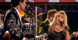 """Stevie Nicks Returns To Country Roots For A Twangy """"Santa Claus Is Coming To Town"""" Duet With Chris Isaak"""