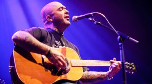 Caught On Camera: Aaron Lewis Serenades Crowd With Mesmerizing, Acoustic Take On Journey's 'Open Arms'