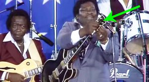 B.B. King Breaks String Mid-Song, And Changes It On Stage So Quickly You'll Hardly Even Notice!