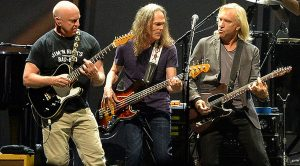 "Flashback: The Eagles Reunite With Founding Guitarist Bernie Leadon For ""Peaceful Easy Feeling"" Performance"