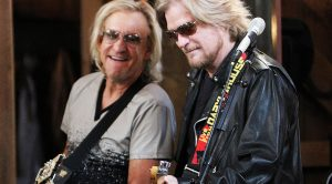 "Joe Walsh & Daryl Hall Once Played ""Life's Been Good"" And Even Their Own Bandmates Were In Awe"