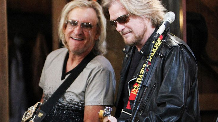 "Joe Walsh & Daryl Hall Once Played ""Life's Been Good"" And Even Their Own Bandmates Were In Awe 