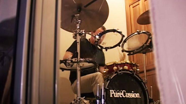 Camera Catches Neil Peart Drumming In A Dressing Room And It STILL Puts Other Drummers To Shame! | Society Of Rock Videos