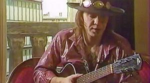 Stevie Ray Vaughan Has An Impromptu Acoustic Jam Session That Leaves Everyone Speechless