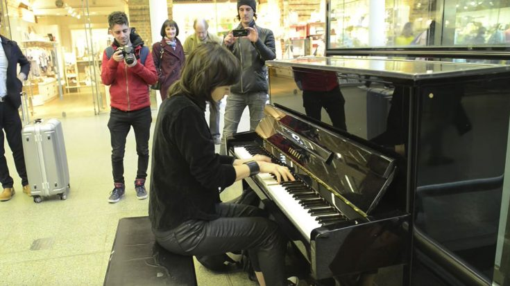 "She Starts Playing ""Bohemian Rhapsody"" On Elton John's Old Piano – People Immediately Start Filming | Society Of Rock Videos"