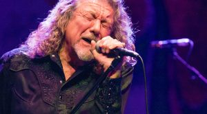 "Robert Plant Performs ""Kashmir"" In Full For The Very First Time – Without Jimmy Page"