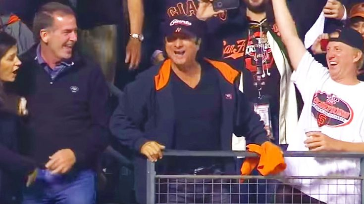 """Camera Catches Steve Perry Serenading Giants Crowd To 'Don't Stop Believin"""" During The World Series! 