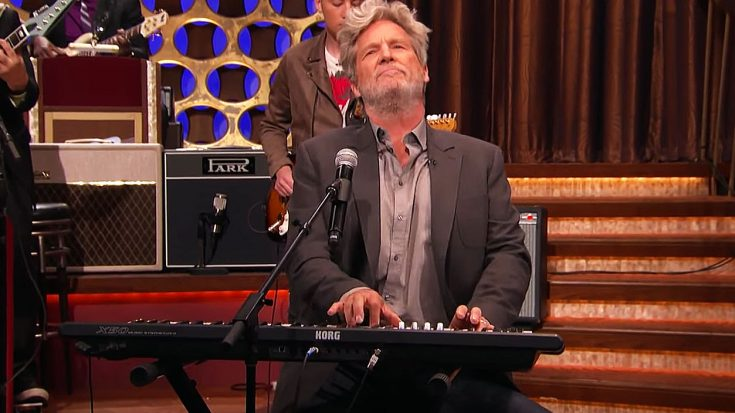 "Jeff Bridges Revisits The Big Lebowski Days With Surprise Performance Of ""The Man In Me""! 