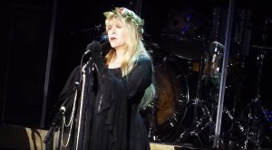 "Even 42 Years Later, Stevie Nicks Sings ""Landslide"" Like Only She Can!"