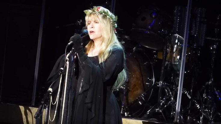 "Even 43 Years Later, Stevie Nicks Sings ""Landslide"" Like Only She Can! 