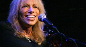 "45 Years Later, Carly Simon Unlocks One Of The Biggest Mysteries Of ""You're So Vain"""
