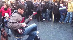 "Street Performer Starts Shredding Solo Over ""Smoke On The Water"" – People Immediately Start Filming"