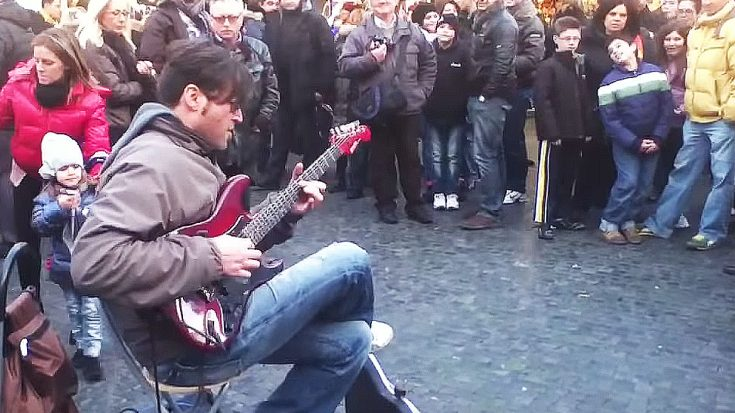 "Street Performer Starts Shredding Solo Over ""Smoke On The Water"" – People Immediately Start Filming 