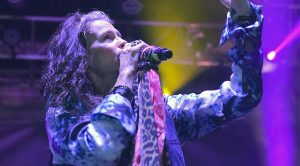 "Even 44 Years Later, Steven Tyler Sings ""Dream On"" Like Only He Can"