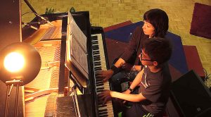 "Pianist Lets Her Fan Play ""Sound Of Silence"" With Her And They Both Totally Nail It"