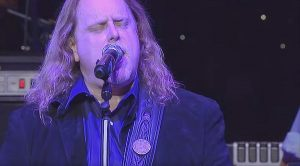 "Warren Haynes Dazzles With ""That Smell"" In Brilliant, Bluesy Salute To Lynyrd Skynyrd"