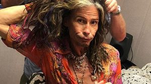 This Photo Of Steven Tyler Getting Dolled Up Backstage Is Raising Some Pretty Hilarious Questions