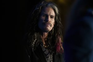 Steven Tyler Had A Selfie Fail On-Stage