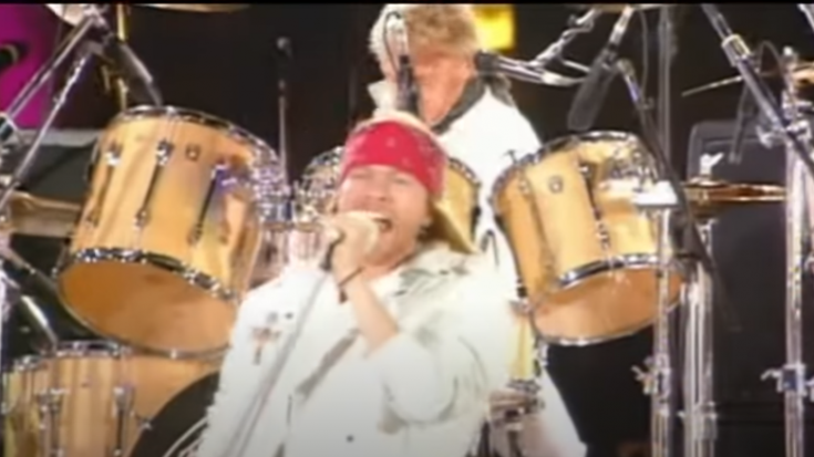 """Axl Rose Honors Freddie Mercury With """"We Will Rock You"""" Performance"""